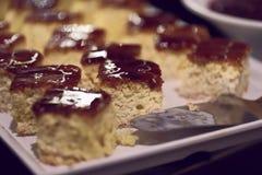 点心的图象 甜与巧克力装填的脆饼白色面团 免版税库存图片