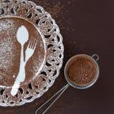 点心空的板材顶视图在黑暗的背景的 与空间的美味的巧克力背景文本的 库存照片