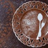 点心空的板材顶视图在黑暗的背景的 与空间的美味的巧克力背景文本的 图库摄影