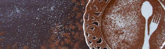 点心空的板材顶视图在黑暗的背景的 与空间的美味的巧克力背景文本的 免版税库存照片