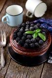 点心蛋糕用坚果饼干、巧克力方旦糖和新鲜的黑莓 免版税库存照片