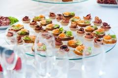 点心设置了与三文鱼鱼和肉在豪华招待会 承办酒席食品供应 免版税库存图片