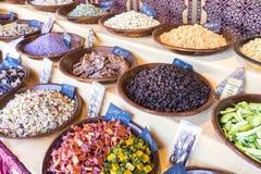 点心,与甜点的篮子特点阿拉伯文化 分集 库存图片