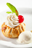 点心-与打好的奶油的饼 免版税库存照片