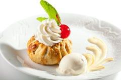 点心-与打好的奶油的饼 库存图片