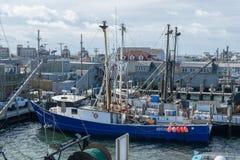 点朱迪思,RI/美国- 10/19/2018:一蓝色渔船的特写镜头靠码头在码头,点朱迪思,罗得岛海岛 免版税库存照片