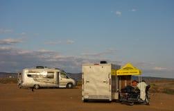 点燃一个露营地的日出在沙漠 免版税库存照片