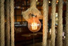 点燃与串的电灯泡装饰 免版税库存图片