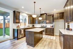 点燃与厨房的被填装的西北厨房设计 库存照片