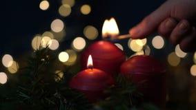 点燃与比赛的妇女手红色蜡烛 股票录像