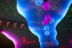 点燃与装饰的气球的天花板五颜六色的聚光灯 免版税库存照片