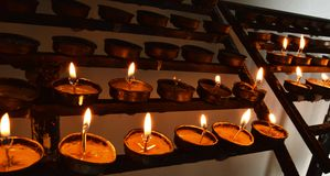 点燃亲人的一个蜡烛 库存图片