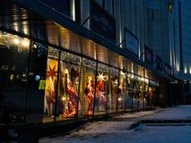 点燃圣诞节装饰的店面夜 免版税图库摄影