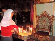 点燃在圣墓教堂的夫人蜡烛,耶路撒冷 库存照片