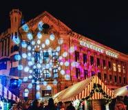 点燃在圣诞节市场上在里加在晚上 免版税库存照片