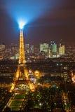 点燃在巴黎的埃佛尔铁塔。 库存图片
