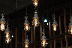 点燃在灯光的枝形吊灯,电灯泡垂悬 免版税库存图片