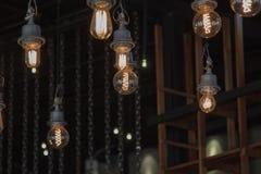 点燃在灯光的枝形吊灯,电灯泡垂悬 免版税库存照片