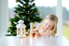 点燃在白色灯笼的美丽的小女孩一个蜡烛 库存照片