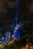 点燃在盛大开幕式Mahanakhon的展示耸立在夜间 新的最高的大厦地标在泰国 免版税图库摄影