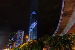 点燃在盛大开幕式Mahanakhon的展示耸立在夜间 新的最高的大厦地标在泰国 免版税库存图片