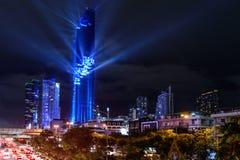 点燃在盛大开幕式Mahanakhon的展示耸立在夜间 免版税库存照片