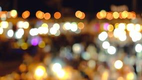 点燃夜市场城市Bokeh背景 免版税库存图片