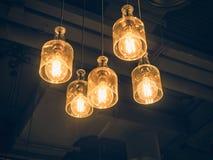 点燃室内装璜垂悬的灯电灯泡葡萄酒 图库摄影