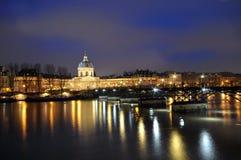 点燃巴黎河围网发光 图库摄影