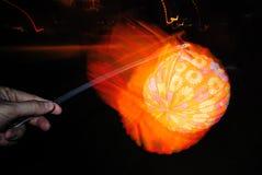 点燃手中的纸灯 免版税图库摄影