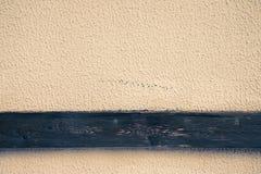 点燃有木条纹的涂灰泥的墙壁背景的 接近的u 库存图片