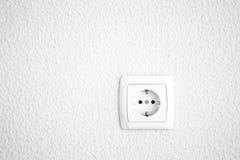 点燃有电力输出的涂灰泥的墙壁背景的 关闭 免版税库存图片
