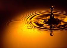 点燃有选择性的waterdop的金子 库存图片