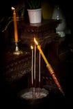 点燃烧菩萨的一个蜡烛 免版税库存图片