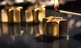 点燃第一个金黄出现蜡烛的比赛 库存照片
