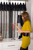 点燃红色妇女的蜡烛 库存图片