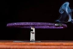 点燃蚊子放水剂卷与淡紫色芬芳的 免版税库存图片