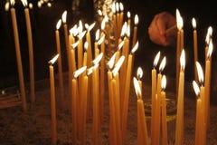 点燃蜡烛的妇女在教会里 库存图片