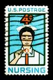 点燃蜡烛,护理的问题serie的学生护士,大约1961年 库存照片