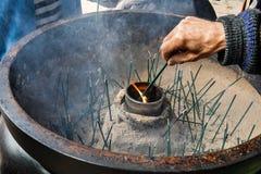点燃香火在Kiyomizudera寺庙黏附,著名日本人祀奉 免版税库存图片