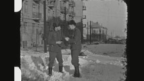 点燃香烟的两位德国战士