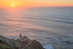点雷耶斯灯塔,日落 点雷耶斯全国海滨,北部加利福尼亚,美国 免版税图库摄影