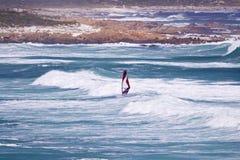 点风帆冲浪者的海角 免版税库存照片