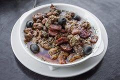 12点活字波城葡萄牙辣调味汁猪肉和香肠塔帕纤维布快餐 库存照片