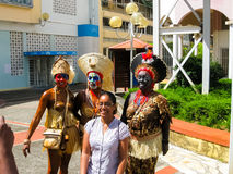 点Pitre,瓜德罗普- 2013年2月09日:加勒比狂欢节的美丽的黑人女孩 库存图片