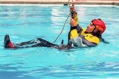 锻炼上升的抢救 训练抢救人民 使用绳索技术的补救 免版税库存图片