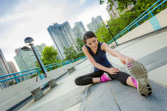 锻炼妇女舒展 免版税图库摄影