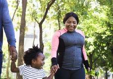 锻炼户外活动健康家庭的生命力 免版税库存照片