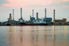 炼油厂与反射的河前面 库存图片