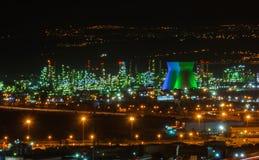 炼油厂产业在晚上 免版税库存图片